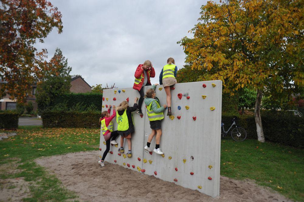 Klimwand met klimmende kinderen in speelzone Rigessel