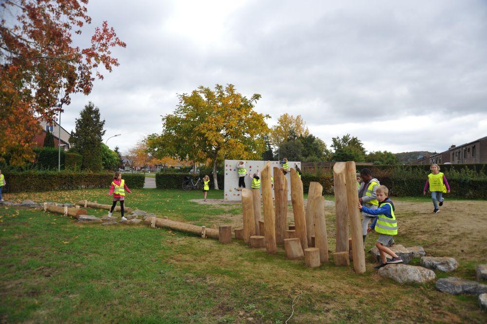 Evenwichtsparcours met boomstammen in speelzone Rigessel
