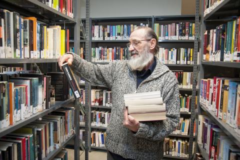 François selecteert een boek voor bib aan huis