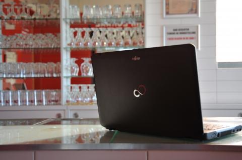 Laptop op toog