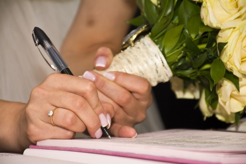Ondertekening huwelijksakte door de vrouw